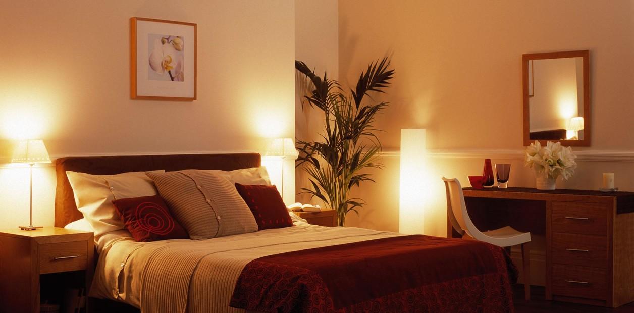 Las lamparas o apliques de pared tambien iluminan de forma generalizada creando una iluminación difuminada.