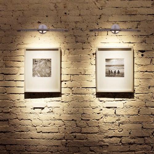 Esta lampara o aplique de pared focal se utiliza para realzar un elemento decorativo como un cuadro.