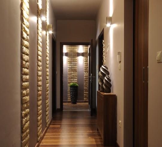 La lampara o aplique de pared ilumina una zona específica de la casa para reasaltarla más